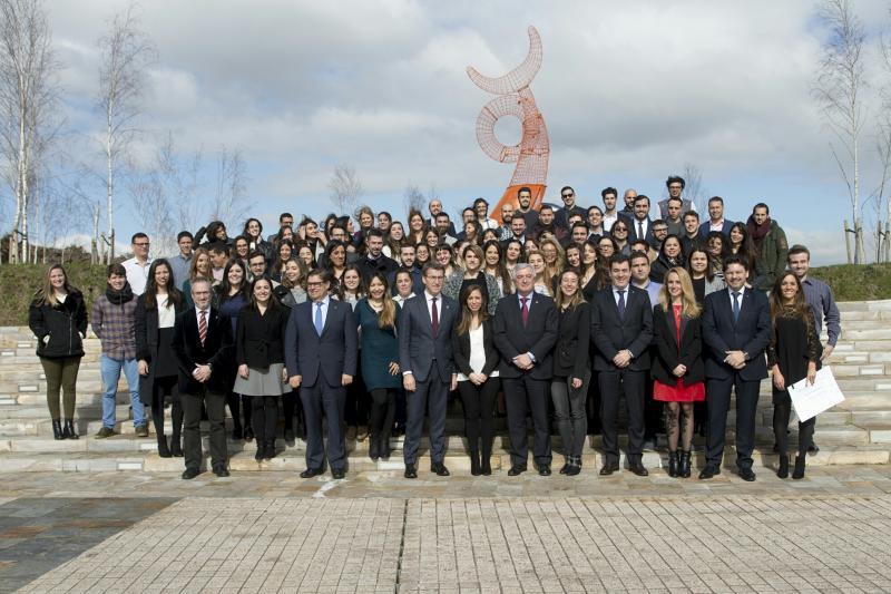Imaxe da entrega de diplomas á primeira promoción das Bolsas Excelencia Mocidade Exterior. As medidas de fomento do retorno duplícanse ata os 3 millóns de euros