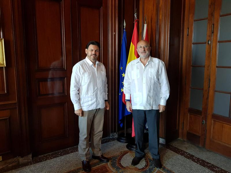 El secretario xeral da Emigración, Antonio Rodríguez Miranda, con el nuevo embajador de España en Cuba, Juan Fernández Trigo