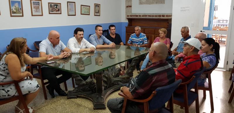 Na imaxe, o secretario xeral da Emigración na reunión coas e cos colaboradores nas distintas provincias de Cuba