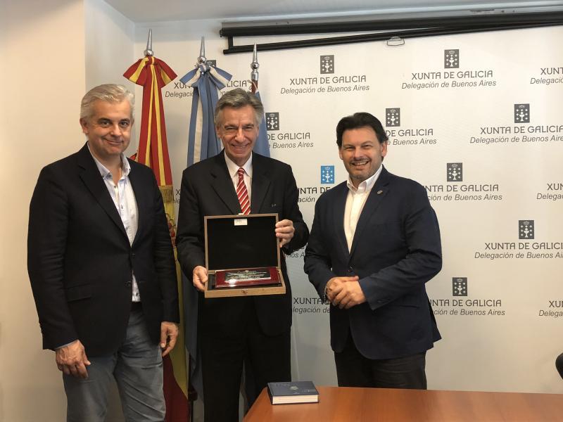 Miranda hizo entrega al presidente de la Unión Residentes de Dodro en Buenos Aire de un presente conmemorativo de los cien años de vida de la entidad