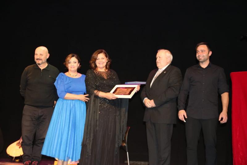 El Teatro del Raval de Castellón acogió una gala en la que participó como artista invitada la fadista y compositora luso-galaica María do Ceo, junto con el grupo de baile tradicional de la entidad 'Aturuxos na Chaira'