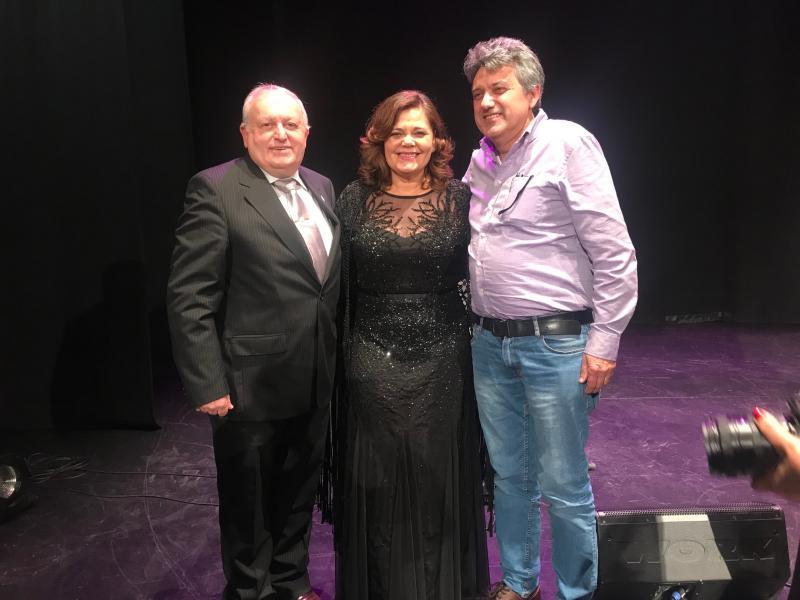 Loa presidentes de los centros gallegos de Castellón (a la izquierda en la imagen) y Valencia (a la derecha), con la cantante luso-galaica