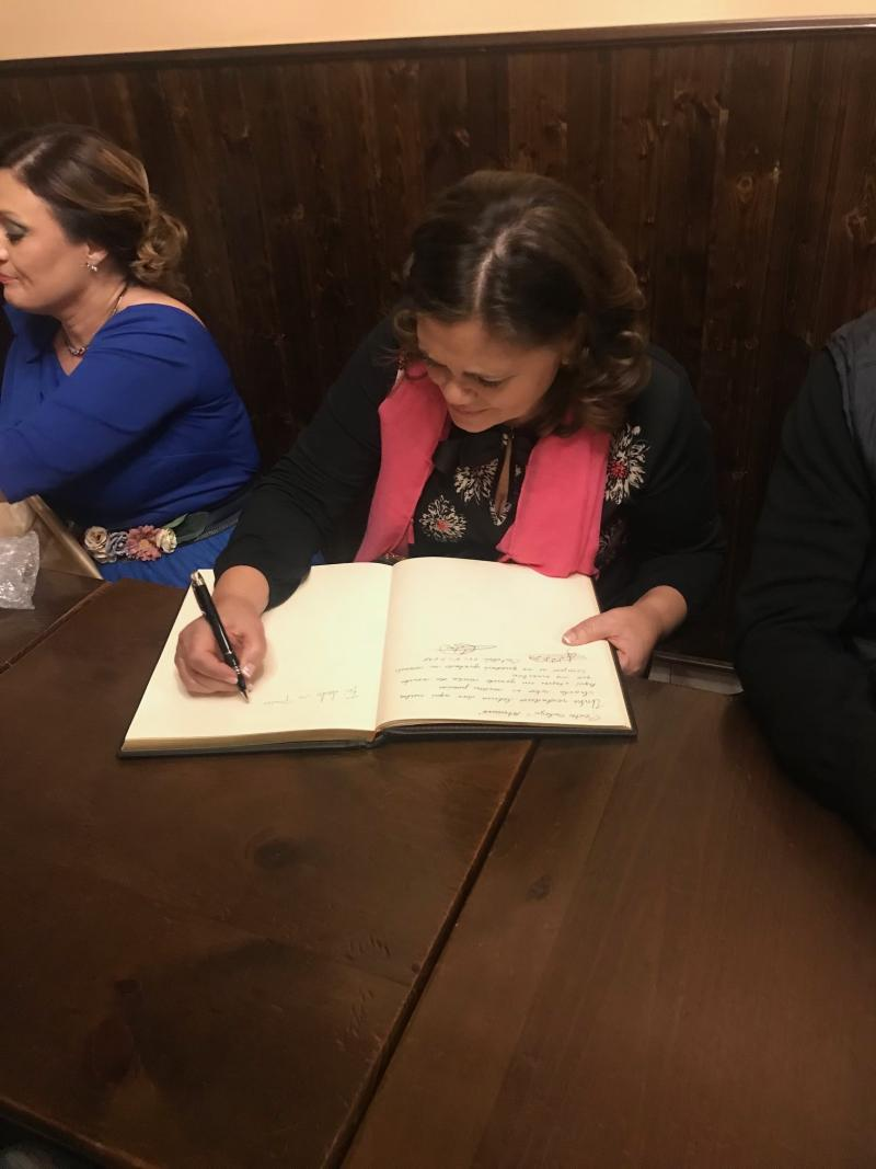 María do Ceo, firmando en el Libro de honor del Centro