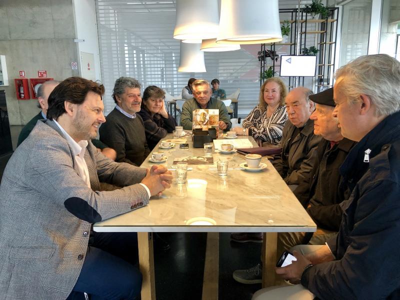 El secretario xeral da Emigración se reunió con el pintor marinense y con representantes de la Municipalidad y del Museo del Mar para concretar la propuesta de caraa 2019