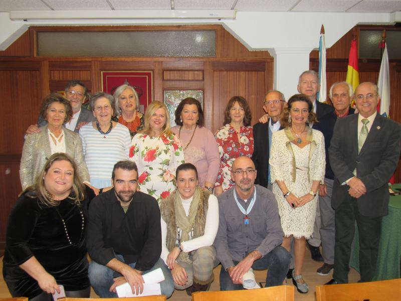 Foto de familia dos premiados coas autoridades asistentes e membros do Centro Galego de Santander