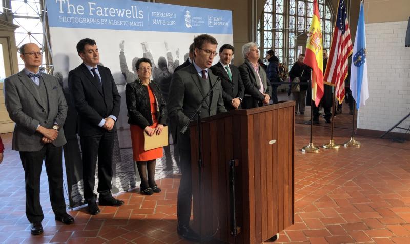 El presidente de la Xunta realizó un recorrido por la exposición del Consello da Cultura Galega 'Os Adeuses', en el Museo de la Inmigración de Nueva York
