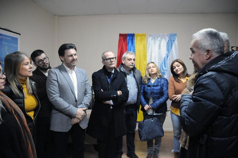 El secretario xeral da Emigración, acompañando por el alcalde de Ourense y la delegada de la Xunta en la provincia, visitó esta mañana la oficina de FEVEGA en la ciudad de las Burgas