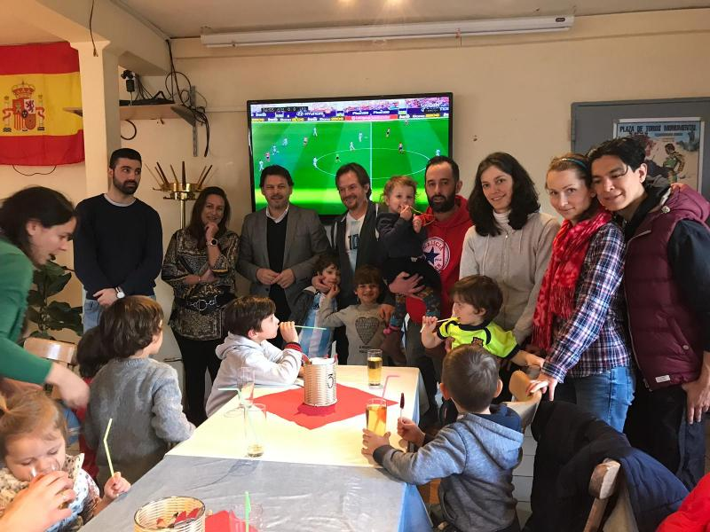O secretario xeral da Emigración, co alumnado da escola de fútbol do Club Galicia de Bonn