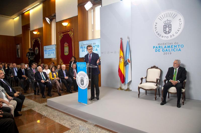 El titular de la Xunta participó en el acto de imposición de las Medallas del Parlamento de Galicia 2019