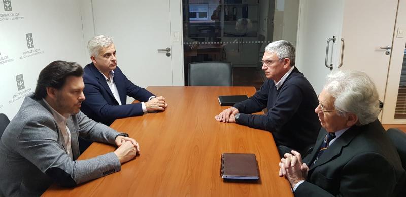 Imaxe da reunión do secretario xeral da Emigración cos responsables do Hogar Español de Montevideo
