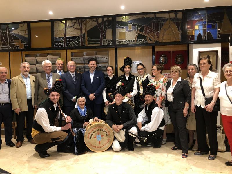 Antonio Rodríguez Miranda y José Ramón Ónega López, con las y los integrantes de la Agrupación Artística Rosalía de Castro de Madrid