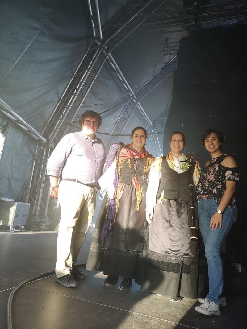 Las dos gaiteiras acompañaron la actuación de la viguesa BFlecha
