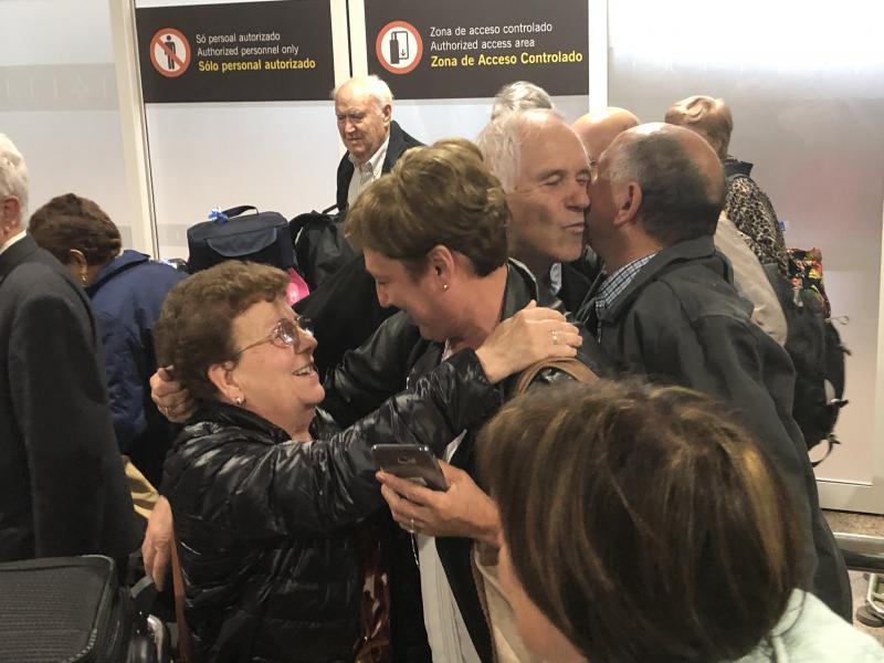 Imaxe da chegada está mañá das e dos participantes procedentes da Arxentina ao aeroporto coruñés de Alvedro