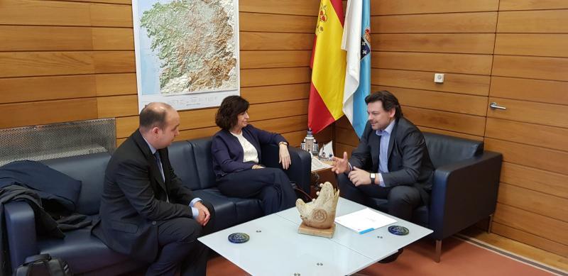 De esquerda a dereita: o director para a Comunidade Vasca no Exterior, a secretaria xeral de Acción Exterior do País Vasco e o secretario xeral da Emigración, na reunión celebrada en Compostela