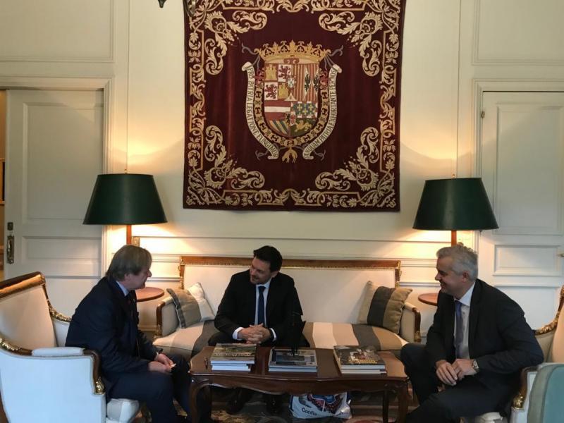 Na foto aparecen, de esquerda á dereita, o delegado da Xunta na Arxentina, Alejandro López Dobarro; o secretario xeral da Emigración, Antonio Rodríguez Miranda; e o embaixador de España no Uruguai, José Javier Gómez-Llera y García-Nava