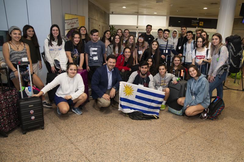 """Miranda recibe os 30 primeiros mozos galegos do exterior que aterraron en Alvedro procedentes do Uruguai para participar no """"Conecta con Galicia"""""""