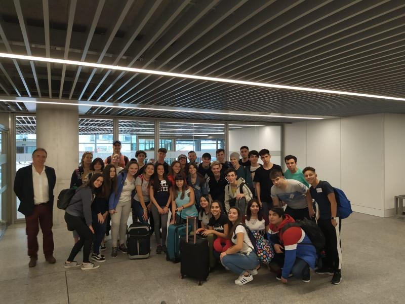 Os 32 mozos participantes no programa Conecta con Galicia aterran en Santiago de Compostela