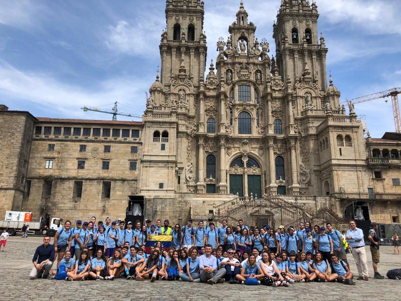Imaxe desta tarde, na Praza do Obradoiro, das mozas e mozos da segunda quenda do Conecta con Galicia 2019 da Xunta de Galicia