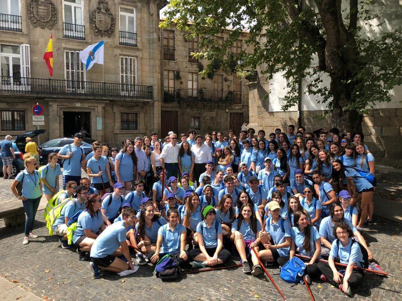 Imaxe desta tarde, na Praza de Mazarelos, das mozas e mozos da segunda quenda do Conecta con Galicia 2019 da Xunta de Galicia