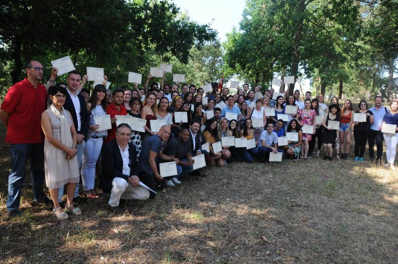 Imaxe da entrega de diplomas ás a aos participantes nas Escolas Abertas 2019 da Secretaría Xeral da Emigración