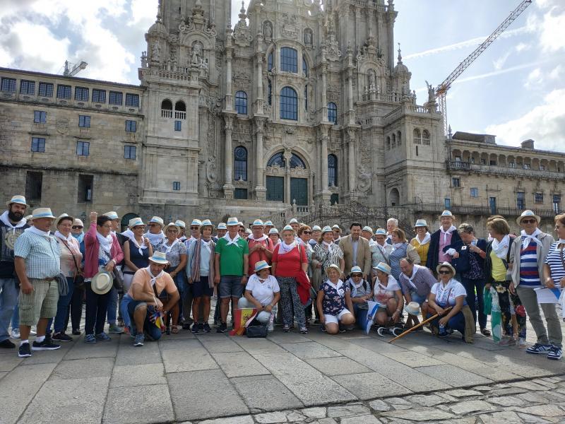O secretario xeral da Emigración, na Praza do Obradoiro, coas e cos integrantes do Centro Galego do Val do Rhin