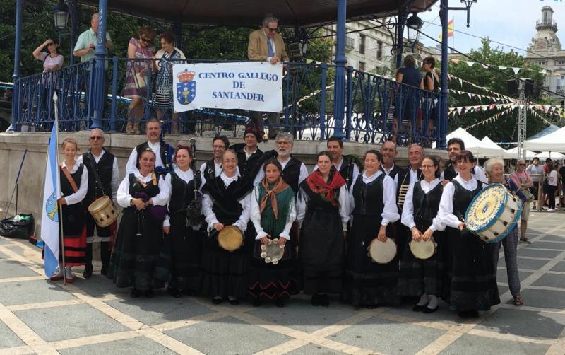 Foto 10: Actuación dos grupos folclóricos nas prazas de Pombo e Cañadío