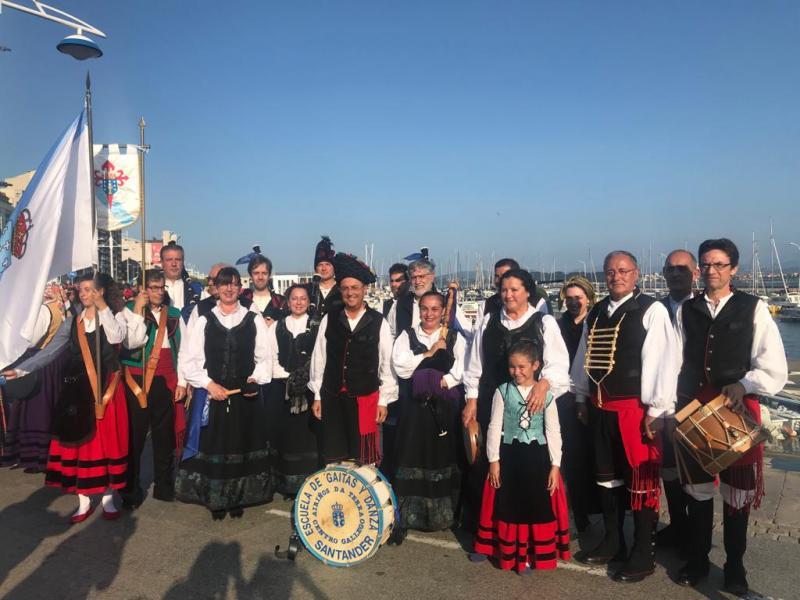 Foto 1: Desfile da Semana Grande do grupo folclórico Airiños da Terra do Centro Galego de Santander