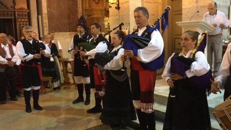 Foto 7: Interpretación do himno do Antigo Reino de Galicia, a cargo do grupo Airiños da Terra