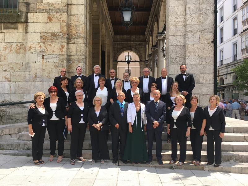 Foto 8: O coro Voces de Santander tamén interveu no oficio relixioso