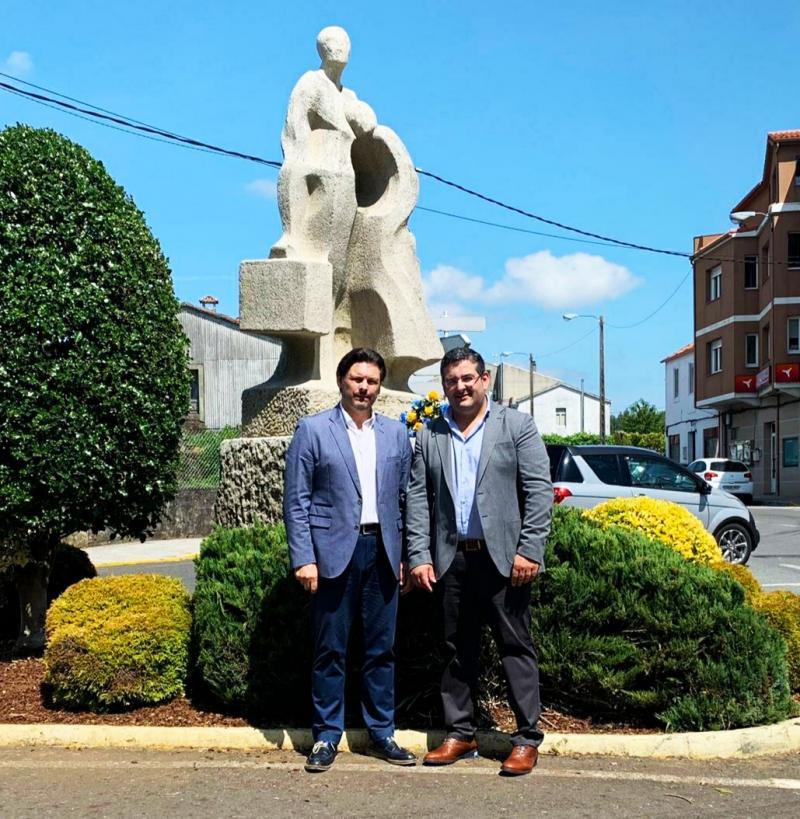 El secretario xeral da Emigración y el alcalde de Val do Dubra, en la Estatua do Emigrante tras la ofrenda floral