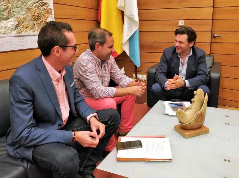 De esquerda a dereita: Roberto González, José A. Alejandro e Antonio Rodríguez Miranda, no despacho deste na capital de Galicia
