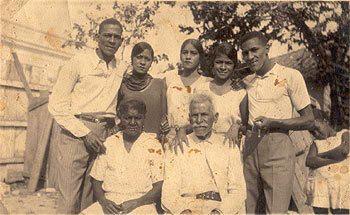 Na imaxe: Antonio Machín (de pé á esquerda) con catro das súas irmás e irmáns e o seu pai e a súa nai (foto cedida pola familia)