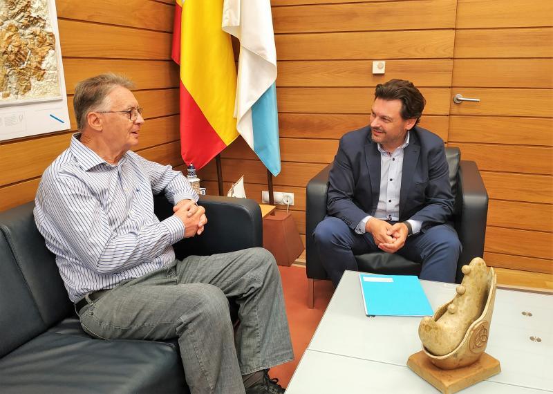 Miranda e Regueira, durante a reunión mantida na sede da Secretaría Xeral da Emigración en Compostela