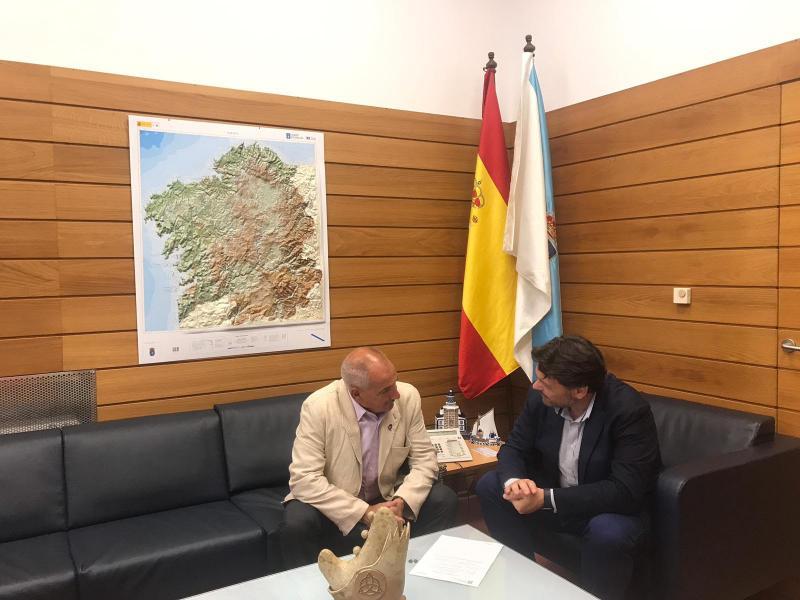 El secretario xeral da Emigración y el presidente del Centro Galego de Londres, en el despacho del primero en la capital de Galicia