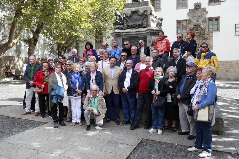 El secretario general de la Emigración recibe en la Plaza de Mazarelos a un grupo de más de medio ciento de socios de esta entidad gallega