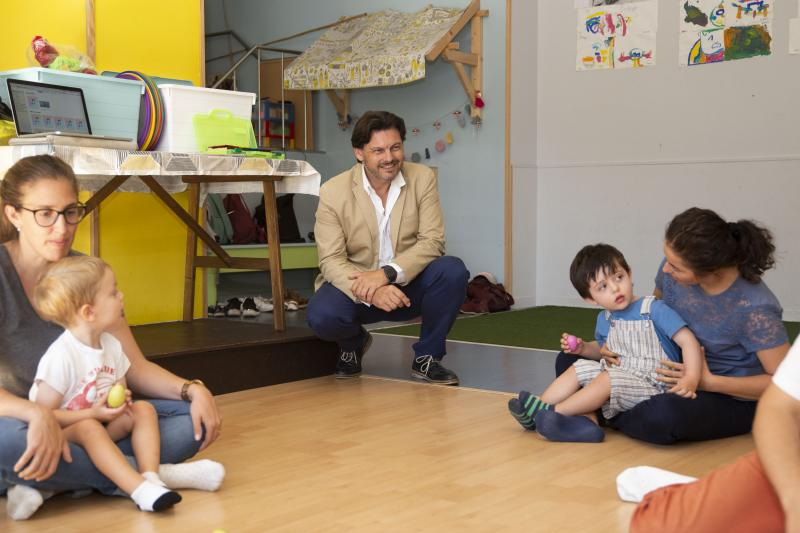 O secretario xeral da Emigración comparte unha das clases de aprendizaxe musical de bebés impartida por Rubén Someso Gómez, de volta en Galicia tras varios anos en Holanda e Reino Unido