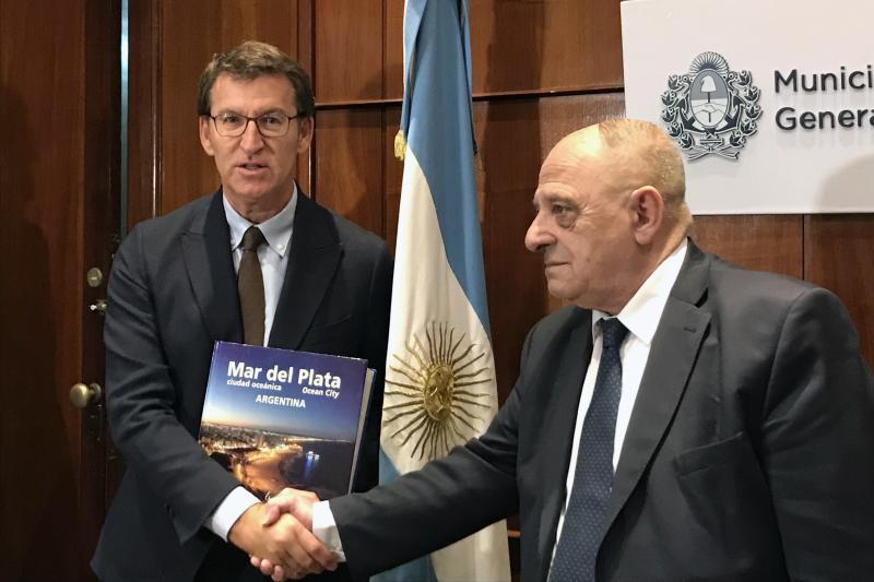 O presidente da Xunta, Alberto Núñez Feijóo, durante a visita á Intendencia de Mar del Plata, onde foi recibido polo intendente, Carlos Fernando Arroyo
