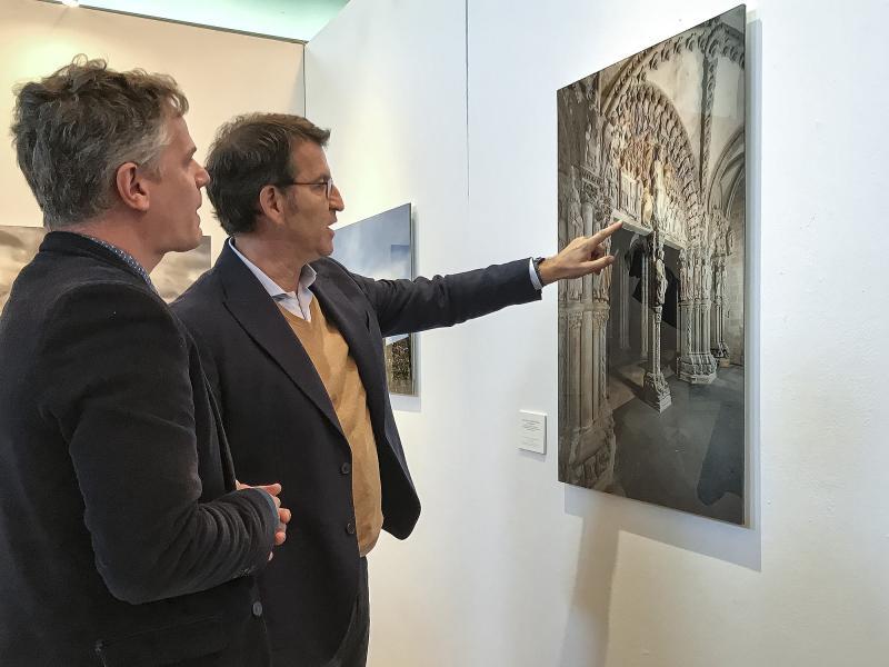O presidente da Xunta visitou hoxe a mostra 'El Camino de Santiago. Una experiencia contemporánea de peregrinaciones', de Manuel Valcárcel
