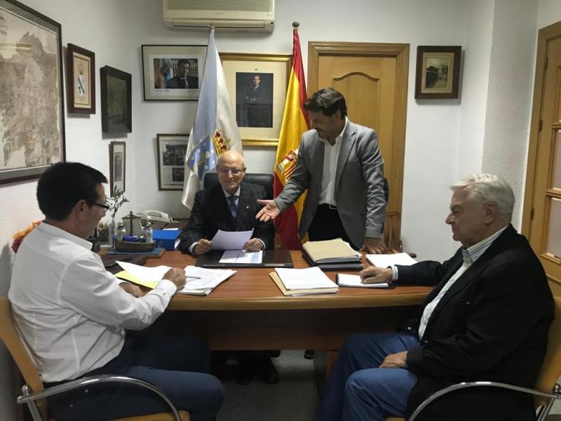 O secretario xeral da Emigración mantén un encontro coa directiva dunha entidade que suma 127 anos de historia