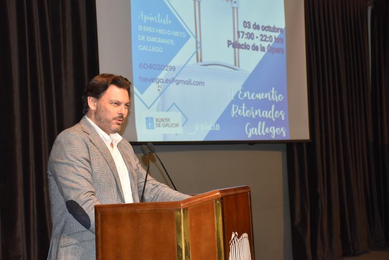 O secretario xeral da Emigración, acompañado polo delegado territorial da Xunta na Coruña, Ovidio Rodeiro, inaugura o 1º Encontro de Retornados Galegos organizado por HEVEGA