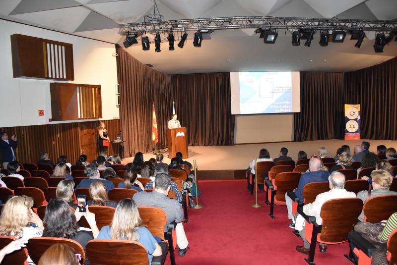 El secretario xeral da Emigración, acompañado por el delegado territorial de la Xunta en A Coruña, Ovidio Rodeiro, inaugura el 1º Encuentro de Retornados Gallegos organizado por HEVEGA