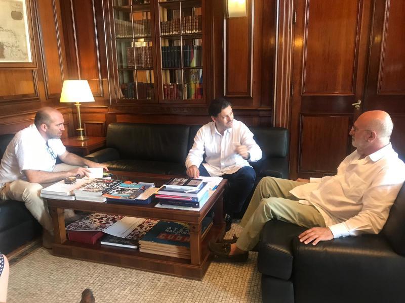 De izquierda a derecha: el consejero cultural de la Embajada de España, el secretario xeral da Emigración y el embajador de España en Cuba