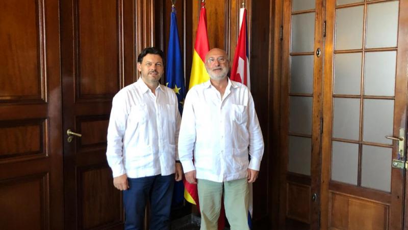 El secretario xeral da Emigración (a la izquierda), con el embajador de España en Cuba