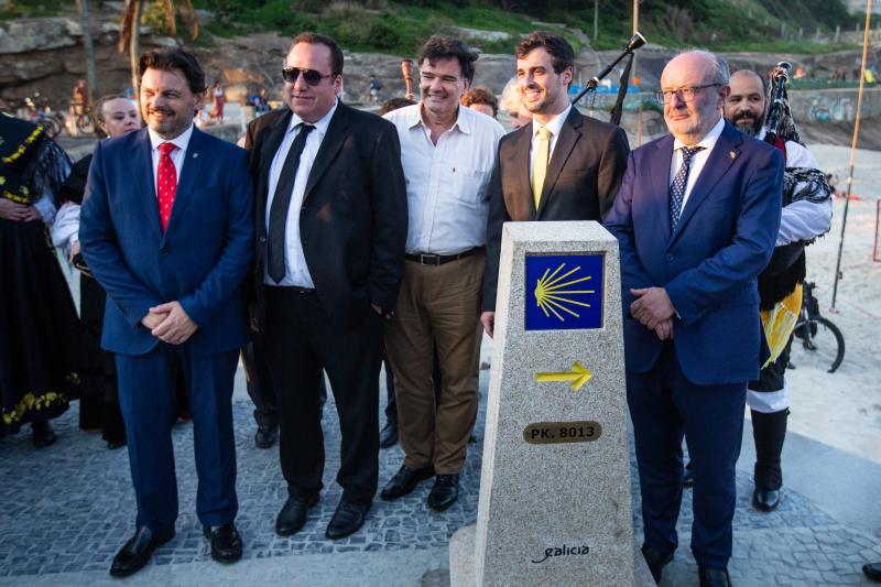 Imagen de la inauguración del mojón (8.013 km a Compostela) del Camino de Santiago en Río de Janeiro