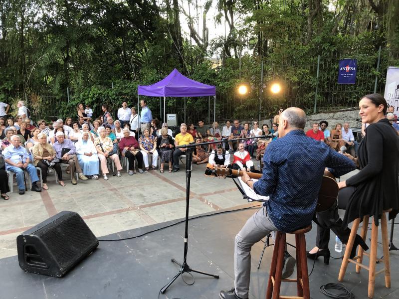 Imaxe do concerto que ofreceron Rosa Cedrón e Emilio Rúa no Parque das Ruínas da cidade carioca
