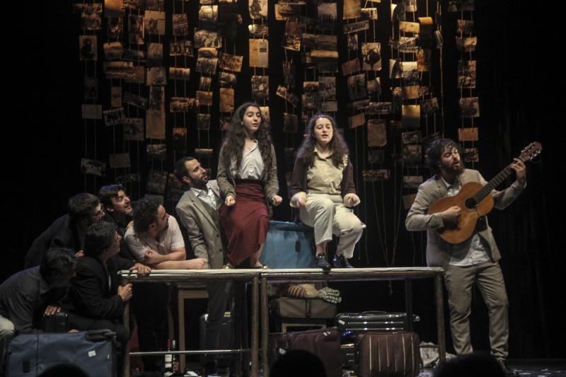 O Centro Dramático Galego e a Secretaría Xeral da Emigración colaboran neste espectáculo de Limiar Teatro e Crémilo