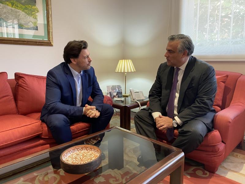 El secretario xeral da Emigración, Antonio Rodríguez Miranda, con el embajador de España en Caracas, Jesús Silva