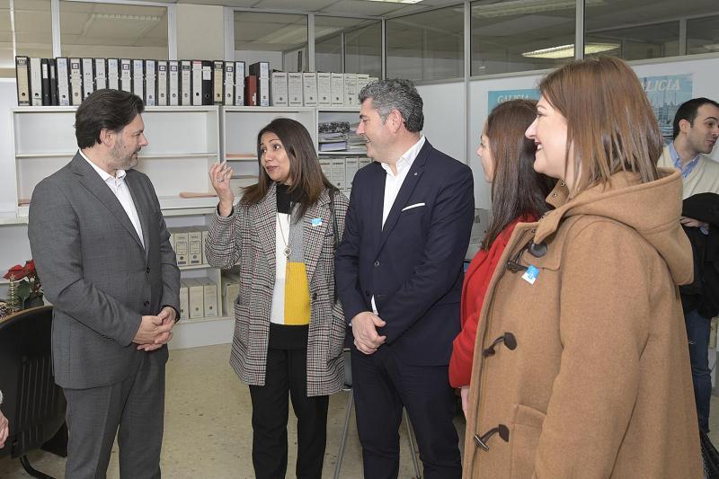 El secretario xeral da Emigración y el delegado territorial Ovidio Rodeiro visitan la nueva Oficina Integral de Asesoramiento e Seguimiento al Retorno
