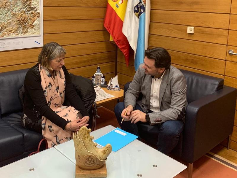 El secretario xeral da Emigración y la presidenta del Lar, en la sede de Emigración en Compostela