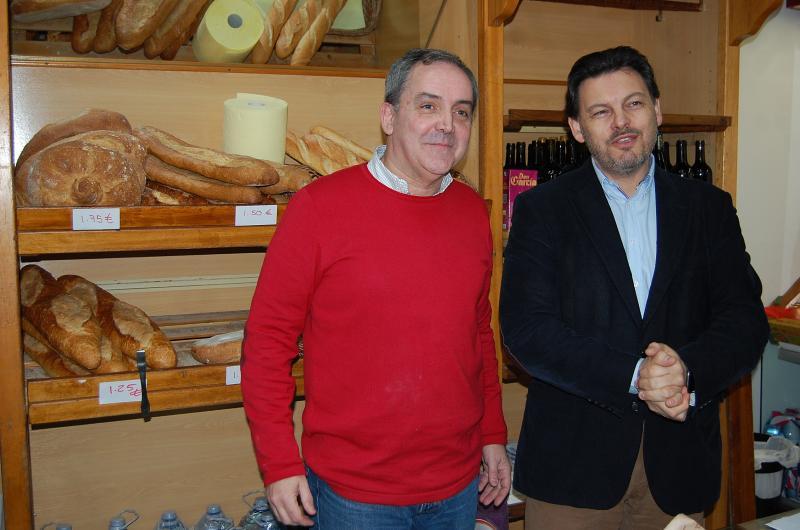O secretario xeral da Emigración acode á nova panadería artesá do retornado mexicano José Antonio Cota, onde se vende o pan de Manolo, tradicional na vila ourensá